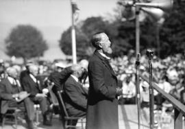 [E.V. Young dressed as Lord Stanley addressing the crowd at the rededication of Stanley Park]
