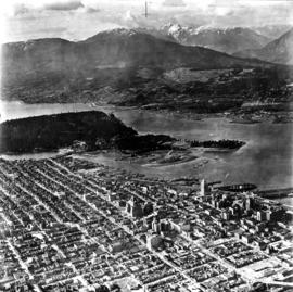 Aerial photo, oblique, downtown Vancouver to North Shore Mountains