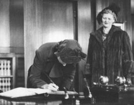 [Mrs. Fred J. Humes watches as H.R.H. Princess Elizabeth signs the visitors book in the Mayor&#03...