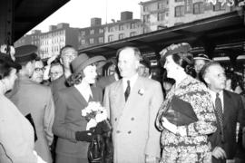 [Miss. Anna Neagle on train platform with Mayor J.W. Cornett and others]