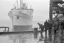 "[Longshoremen tying up the ""Empress of Canada"" to dock]"