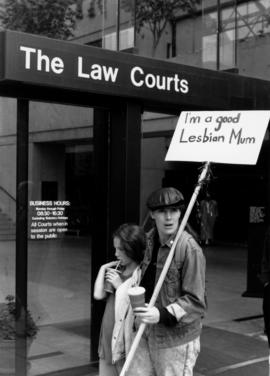 Demonstration in front of Law Courts building : I'm a good lesbian mum