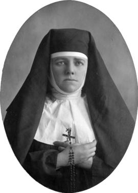 [Daisy D'Avara, actress, portrait, in costume of a nun]