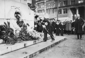 [Vice Admiral Saburo Hyakutake, Imperial Japanese Navy, lays wreath at cenotaph, with Mayor L.D. ...
