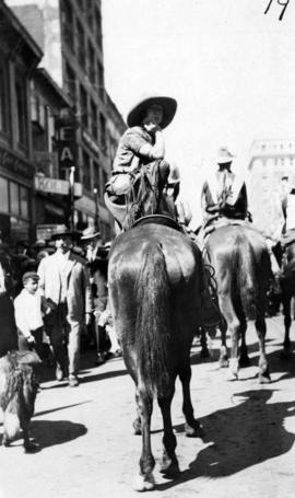 [A woman on horse back during the visit of Douglas Haig, 1st Earl Haig (Field Marshal)]