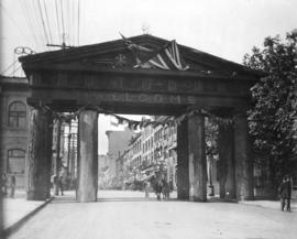 [Wooden arch on Hastings Street for the visit of the Duke of Connaught]