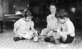 The children playing : [Alix Louise Gordon, Jane Banfield, John Banfield]