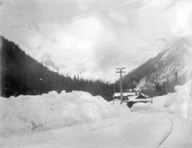 Glacier Hotel and Glacier C.P.R., Selkirks mid winter
