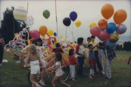Children assembled around balloon sculpture
