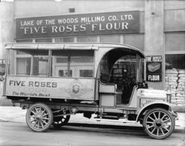 "[Lake of the Woods Milling Co. Ltd. ""Five Roses"" flour truck, 1300 Richards (at Drake)]"