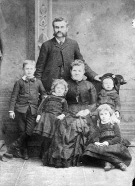 Edward and Maggie Hamilton [and their children] Albert, Gertie, Flo [and] Gilbert