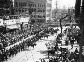 [Crowds assembled outside courthouse at Hastings and Cambie Streets for the reception of the Duke...