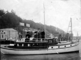 "[Yacht ""Dazlayne"" of Seattle with Daisy and Alfred Layne and friends on board]"