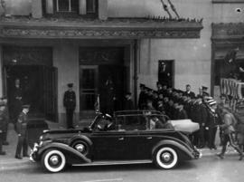 [King George VI and Queen Elizabeth in car in front of the Hotel Vancouver]