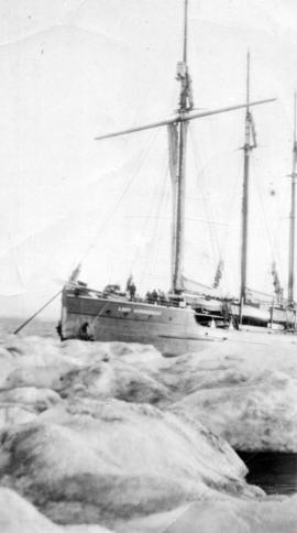 "[The ""Lady Kindersley"" in the ice]"