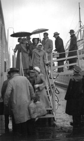 [People leaving boat to go to Union Steamship's picnic]