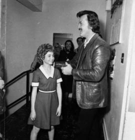 Actor playing the role of Annie and Robert Goulet