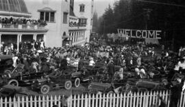 [Crowds assembled to welcome Sir Wilfrid Laurier at first opening of the Vancouver Exhibition at ...