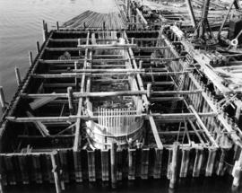 The shaft of pier M7 being built in the cofferdam [bridge support construction]