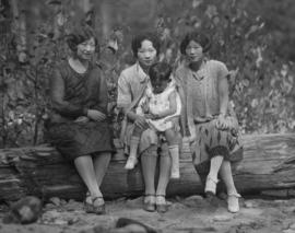 Lillian Ho Wong and family members [19 of 33]