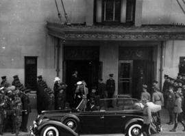 [King George VI and Queen Elizabeth entering the Hotel Vancouver]