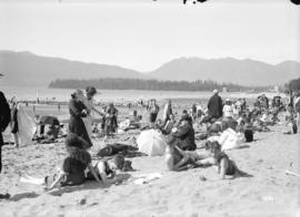 [Crowds at Kitsilano Beach]