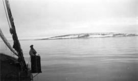 "[View of the shore in the Arctic from the ""St. Roch""]"
