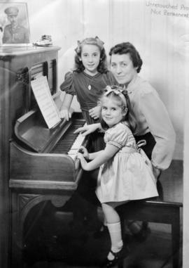 Evelyn Lett with daughters