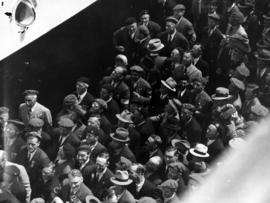 [Veterans and others on dock waiting to see King George VI and Queen Elizabeth]