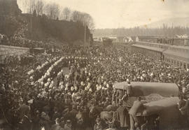 [Crowds greet soldiers returning from the Boer War at the C.P.R. Station]
