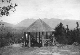 [Men and bicycles at the observation point ('summer house') at Prospect Point]