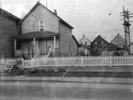 [View of one-storey stuccoed house (ca 1910) at 865 Prior Street]