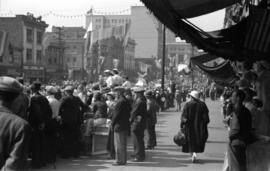 [Crowds on Hastings Street watching the Vancouver Golden Jubilee parade]