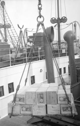 "[Boxes being lifted by crane onto Canadian-Australasian Royal Mail Line ship ""Niagara""]"