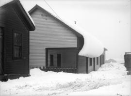 [Heavy snowfall on houses]