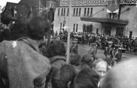 Crowds outside the Hotel Vancouver entrance for the visit of King George VI and Queen Elizabeth