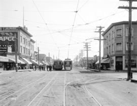 [People entering streetcar on Main Street at 25th Avenue]