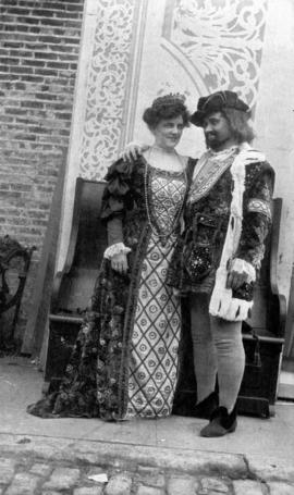 [Daisy D'Avara, actress and wife of Alfred T. Layne in Elizabethan costume with co-actor]