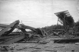 "[Collapse during constructionof the ""Quebec Bridge"" spanning the St. Lawrence River]"