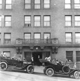 [People in cars in front of the Wintonia hotel]