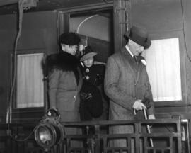 [His Excellency the Earl of Athlone and H.R.H. The Princess Alice leaving a train]
