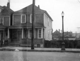 "[View of ""old"" (ca 1904?) one storey house at 436 Union Street]"