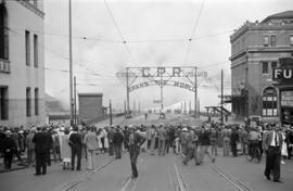 [Crowds at the foot of Granville Street near the C.P.R. entrance arch to view the fire at Pier D]