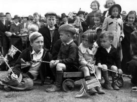 [Children waiting to see King George VI and Queen Elizabeth]