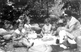 Jane Banfield, Alix Louise Gordon, John Banfield and woman having a picnic
