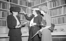 [Women in the library of the Burrard Servicemen's Centre, 636 Burrard Street]