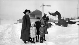 [Mrs. Quiney with Theresa, James, Ken and Rose in the snow at Pender Street and Ingleton Avenue.]