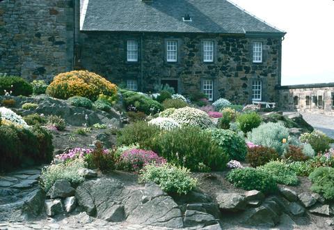 Gardens united kingdom edinburgh castle rock garden for Landscaping rocks yuba city ca