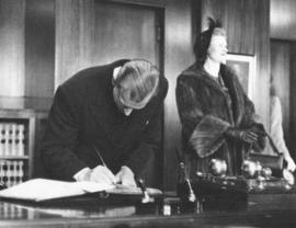 [H.R.H. Philip Duke of Edinburgh signs the guest book in the Mayor's office]