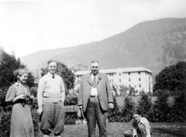 Kathleen Merritt, George Fitch, wrestler Emil Klank and Rex Merritt in gardens at Harrison Hot Sp...